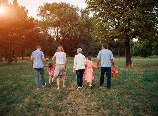 Famille multigénérationnelle donation